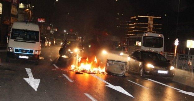 Terör Örgütü Yandaşları İstanbul'da Yol Kapattı