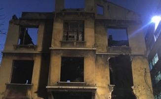 Beyoğlu'nda metruk bina çöktü!