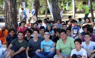 Cüneydi Türk kardeşleriyle birlikte