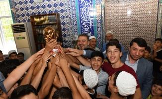 Başkan Alatepe'den 5 vakit namaza camiye gelen çocuklara hediye