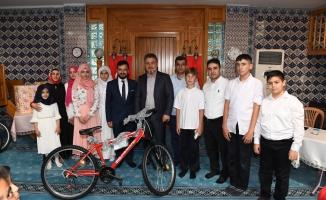 Bisiklet hediyesi yerine kitabı tercih ettiler