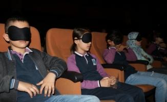 Uyku bantları takıp tiyatro dinlediler