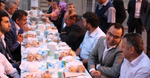 Başkan sokakta halk ile iftar yapıyor