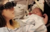 Görme engelli anne özel gözlükle bebeğini gördü