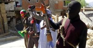Hakkari'de teröristler barikat kurup silahlandı