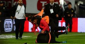 Trabzon karıştı taraftarlar sahaya indi