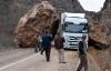 Tunceli-Erzincan karayoluna dev kayalar düştü