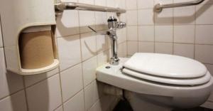 Tuvalete gitmediği için kalp krizi geçirerek...