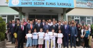 Vali Vasip Şahin; Miniklere Karnelerini Verdi