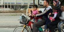 Elektrikli bisiklette 6 kişi