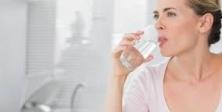 Yaşlılıkta her ilaçla bir bardak su iç!
