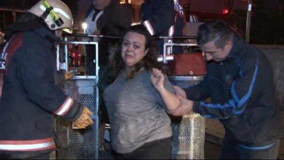 Yangında evlerinde mahsur kalan 6 kişilik aileyi itfaiye kurtardı