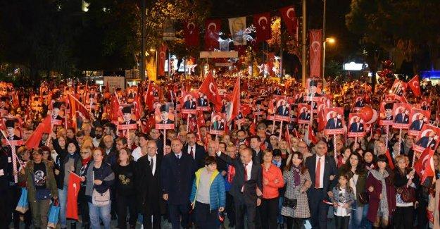 """Yüz Binlerce İstanbullu ve Kadıköylü """"Yaşasın Cumhuriyet"""" sloganlarıyla yürüdü"""