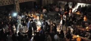 Elektriği kesilen düğün salonuna otomobilden ışık ve müzik