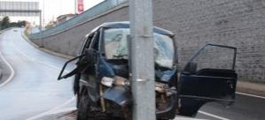 Kontrolden çıkan minibüs yön tabelasına çarptı: 6 yaralı