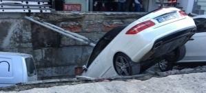 Merter'de yol çöktü: 6 araç çukura düştü