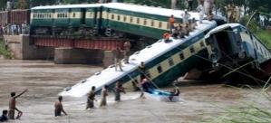 üzerinden tren geçen köprü çöktü