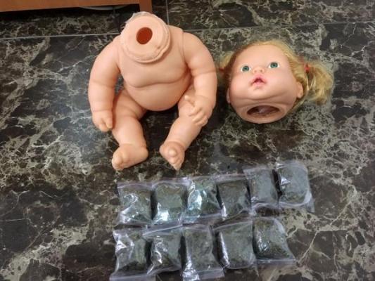 Uyuşturucular oyuncak bebeğin içinden çıktı