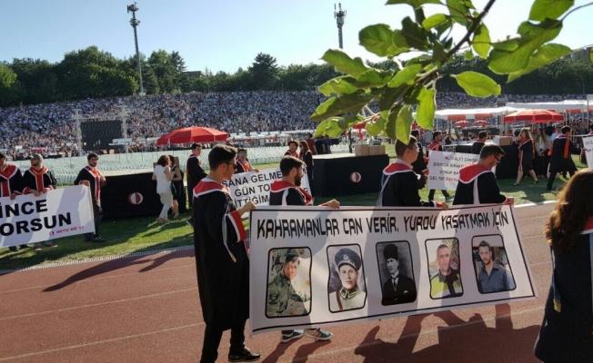ODTÜ'de mezuniyetinde açılan 7 pankart