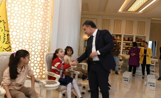 Başkan Alatepe'den 50 çocuğa hediye gözlük