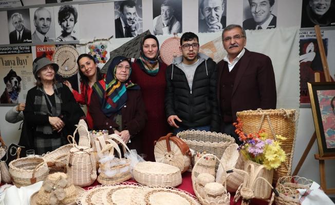 """Başkan adayı Aydın, """"down sendromlu"""" çocuklara yoğun ilgi gösterdi"""