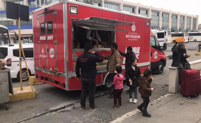 İBB'den Otogar'da Bekleyen Mültecilere İkram