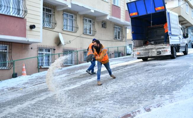 Esenyurt'ta Buzlanan Yollarda Çalışmalar Devam Ediyor