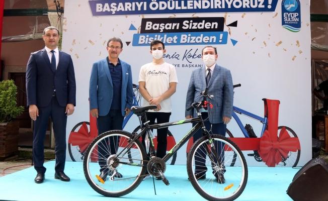 Eyüpsultan'da lise sondaki başarılı öğrencilere bisiklet hediye edildi