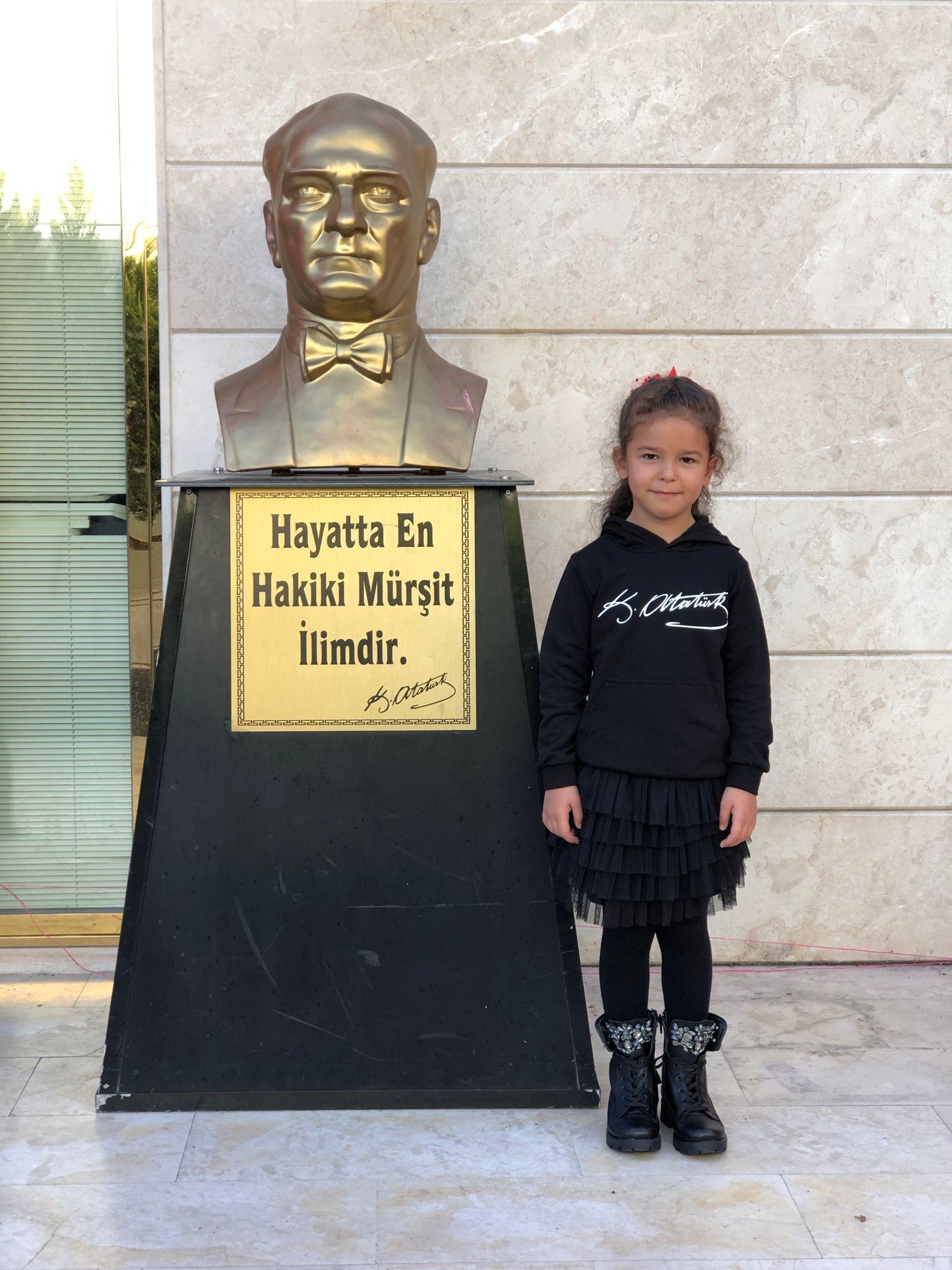 81 odalı evimizde, Atatürk hep baş köşede