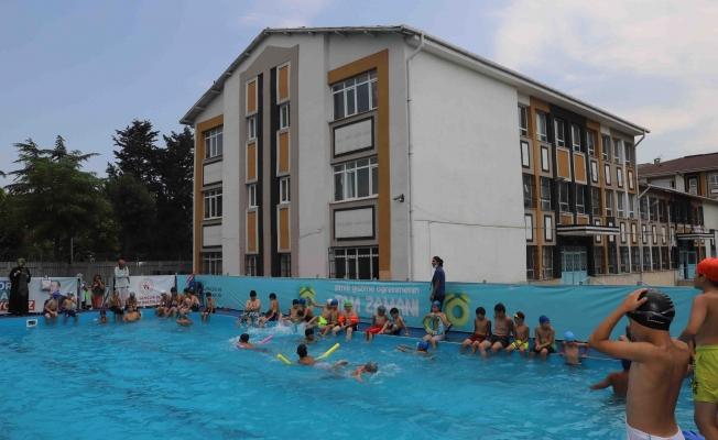 Bağcılar'da Çocuklar Okul Bahçesinde Yüzme Öğreniyor