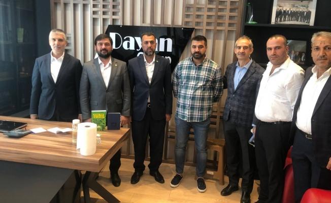 HÜDA PAR İstanbul İl Başkanı İsa Güvendik ve beraberindeki heyet, HAL DER Başkanı Numan Dayan'ı ziyaret etti. Görüşmede, son dönemdeki fahiş fiyat artışları ve hal esnafının sorunları konuşuldu.