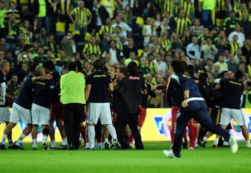Futbolcular birbirine girdi!