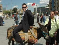 Taksim'de eşeğe ters bindi!