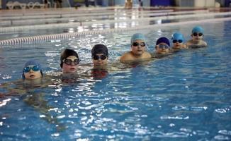 Tatile gidemeyen çocuklar havuzlara akın etti
