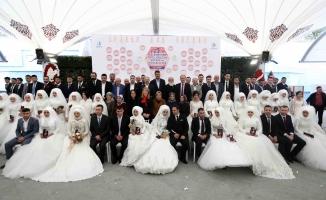 Bağcılar'da 27 çift, toplu düğün şöleniyle dünya evine girdi