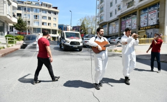 Esenyurt Belediyesi Ekipleri Hem Çaldı Hem Söyledi Hem de Dezenfekte Çalışması Yaptı