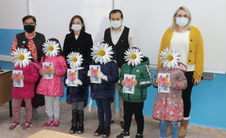 Dr. Meclis Üyesi Reşide Yüksel 'in Tablet Kampanyası Yüzlerce Çocuğun Yüzünü Güldürdü